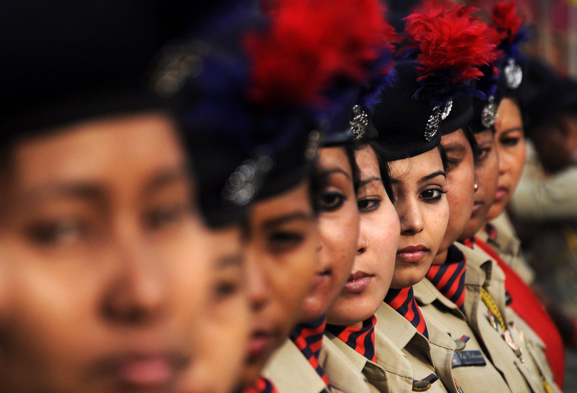 El personal militar femenino de la India a punto de participar en un desfile en Agartala, India