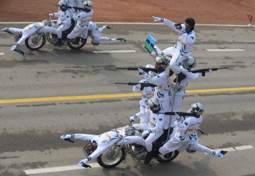 Los miembros del equipo de motociclistas del ejército indio, Temerarios, realizan acrobacias en Nueva Delhi