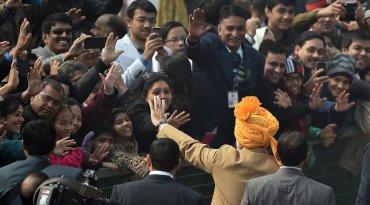 El primer ministro indio Narendra Modi saluda a los espectadores