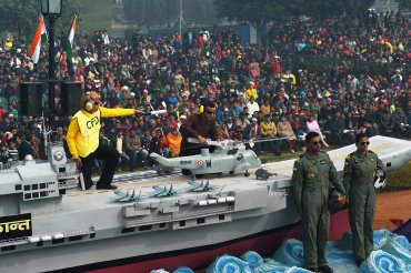 Los miembros de la Armada de la India monta una carroza alusiva