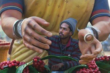 Un trabajador pinta una mano de un modelo de una mujer hecho en arcilla, en el estado indio de Karnataka