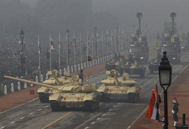 Tres tanques T-90 Bhishma del ejército indio