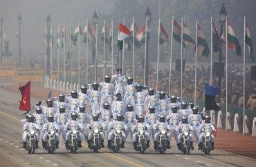 Soldados indios hacen acrobacioas en sus motocicletas