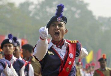 Un miembro del Plan de Servicio Nacional grita órdenes mientras participa en un desfile del Día de la República en Agartala, India