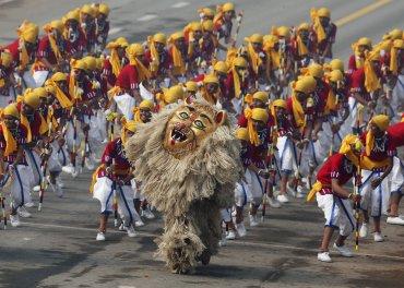 Escolares realizan una danza para mostrar el patrimonio cultural de la India