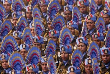 Fuerzas de seguridad indias femeninas marchan en el desfile