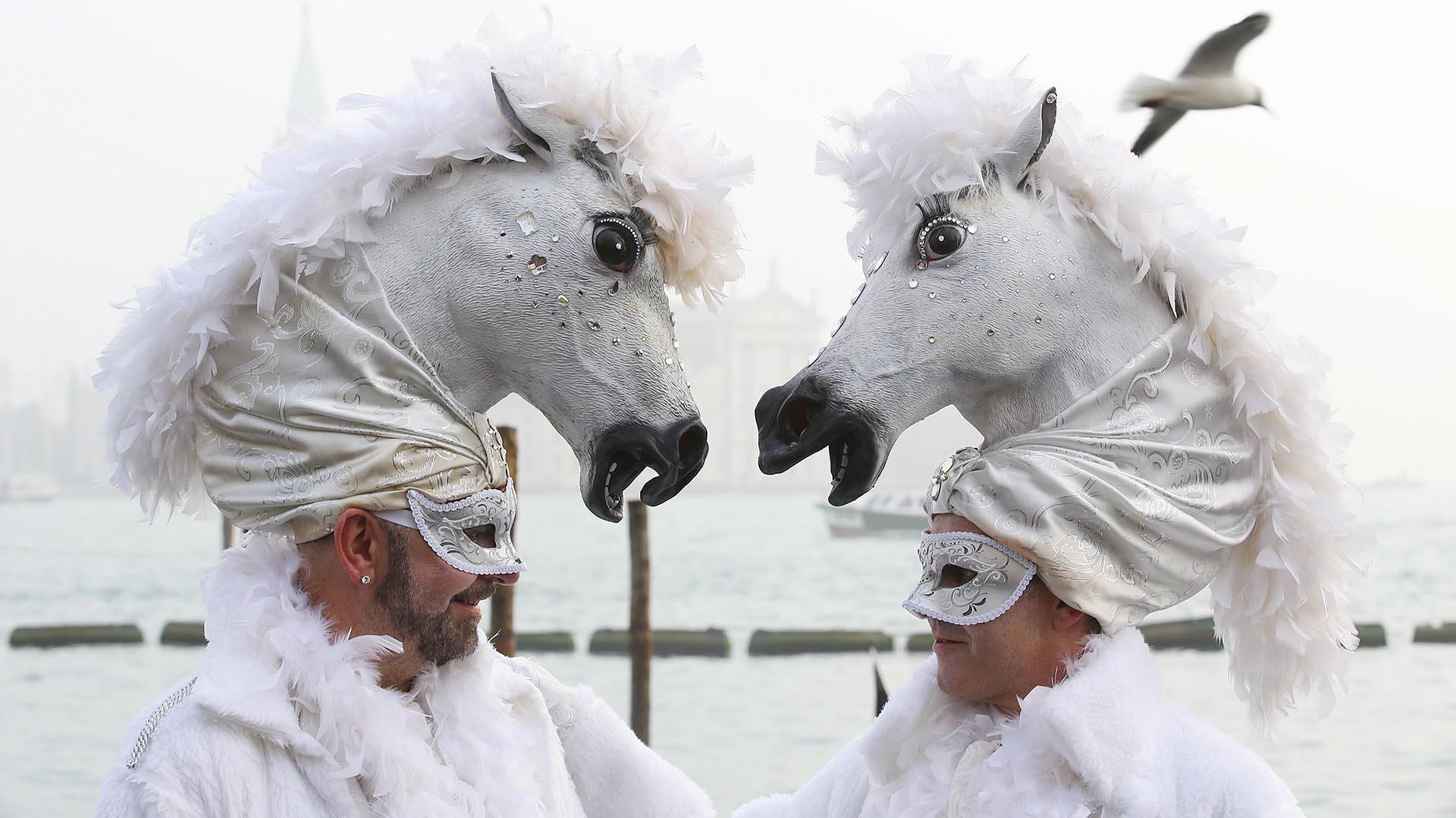 Las autoridades han aumentado la vigilancia en toda la  ciudad, pero se negaron a la propuesta de prohibir que los asistentes  usaran máscaras, porque sin máscaras no hay carnaval