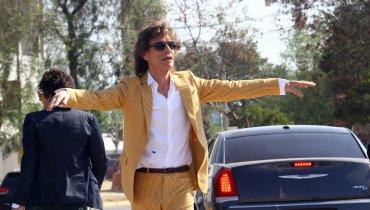Mick Jagger, lider y vocalista de la banda británica saluda a sus seguidores