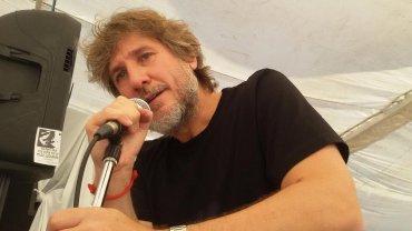 Amado Boudou se presentó en la radio de LuisD´Elíaen Plaza de Mayo, donde ungrupo de militantes protesta por la detención de la líder de la Tupac Amaru