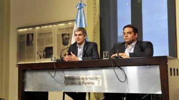 El jefe de Gabinete, Marcos Peña, y el ministro de Trabajo, Jorge Triaca, anunciaron que el Gobierno presentará en los próximos días un proyecto para modificar el Impuesto a las Ganancias