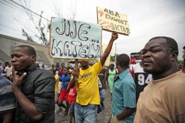 Miembros de la oposición protestan por el desarrollo de las elecciones en Puerto Príncipe, Haití