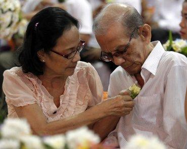 Un matrimonio de décadas volvió a sellar su amor en Filipinas.