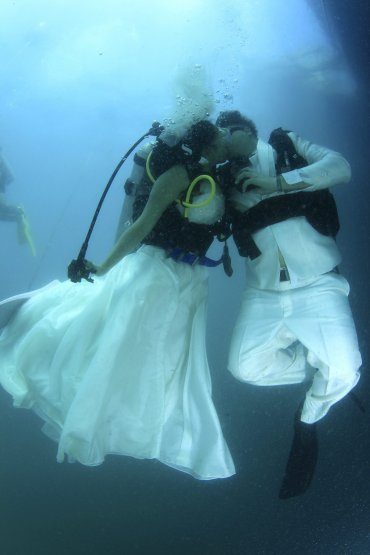 Una pareja se casó bajo el agua en Tailandia.