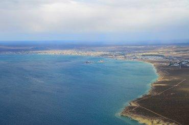 VIsta de la costa patagónica, la ciudad que se ve es Puerto Madryn