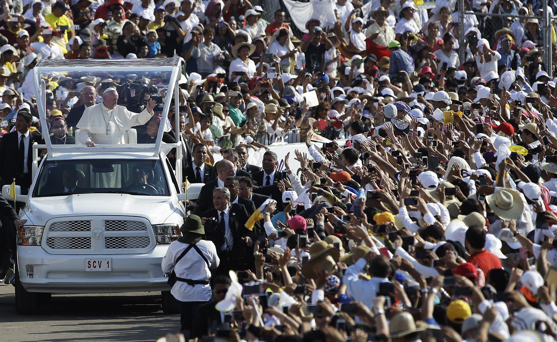 El papa Francisco mantuvo un encuentro con familias mexicanas en Tuxla Gutiérrez, ante la atenta mirada de miles de personas convocadas en el estadio Víctor Manuel Reina