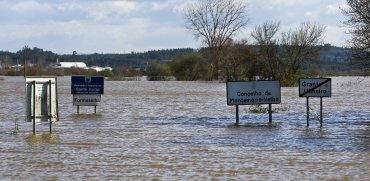 Vista de una carretera entre Granja do Ulmeiro y Taveiro afectada por las inundaciones tras desbordarse el río Mondego, en Maranhao, Portugal
