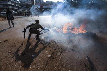 Seguidores del principal candidato de la oposición de Uganda, Kizza Besigye, levantan barricadas tras los disturbios desatados durante una marcha no autorizada por la detención de su líder