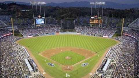 Este estadio de béisbol es sede del equipo Los Angeles Dodgers.
