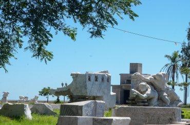 En la comunidad italiana hay quienes todavía piden que la escultura vuelva a su lugar, mientras que otro grupo lo considera riesgoso y cree que debe permanecer en su nuevo sitio