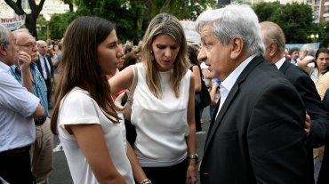 La ex esposa de Nisman, la jueza Sandra Arroyo Salgado, junto a su hija Iara y al líder del gremio de los trabajadores de la Justicia, Julio Piumato