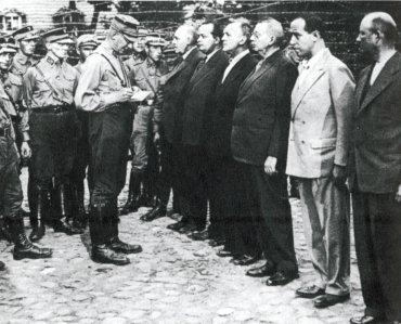 Fotografía aparecida en primera plana del diario nazi Völkischer Beobachter (El Observador Popular) el 10 de agosto de 1933 que muestra la llegada al recinto de Oranienburg de una serie de presos políticos. Entre ellos, (con traje desde la izquierda) los socialdemócratas Ernst Heilmann y Fiedrich Ebert.