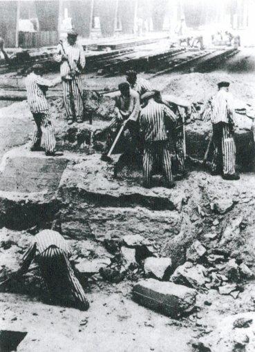 Prisioneros checos rompen los cimientos de hormigón de un conato de fábrica de ladrillos de la SS, 1940