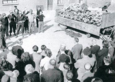 Esta foto fue una de las pocas imágenes explícitas que publicó la prensa aliada. Soldados estadounidenses y habitantes de Waimar contemplan un conjunto de cadáveres cerca del crematorio de Buchenwald, 17 de abril de 1945