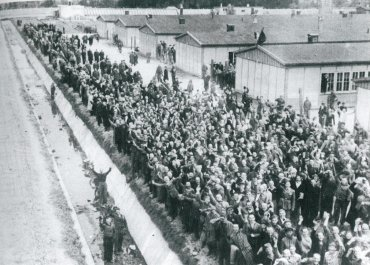 Los presos de Dachau dan la bienvenida a las tropas estadounidenses el 29 de abril de 1945