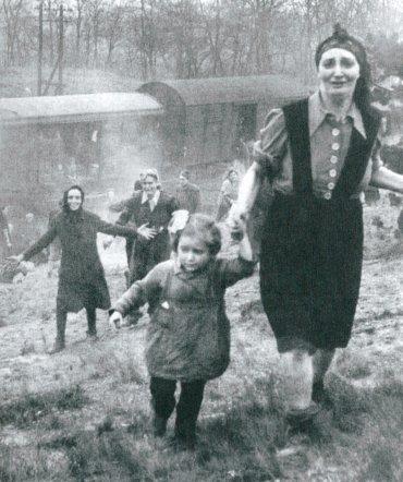 Liberación de un tren de la muerte de Bergen - Belsen a su paso por la proximidad de Magdeburgo. 13 de abril de 1945