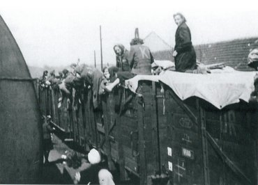 30 de abril de 1945. Un tren cargado de prisioneros del recinto secundario abandonado de Leitmeritz efectúa una parada en un a ciudad checa cuyos habitantes desafían a las SS para distribuir alimentos y tomar fotografías