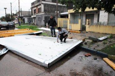 Una fuerte tormenta con gran cantidad de lluvia y fuertes vientos azotó desde las cinco de la madrugada a la ciudad santafesina de Rosario y provocó inconvenientes en el tránsito por anegamiento de calles, árboles caídos y voladura de techos