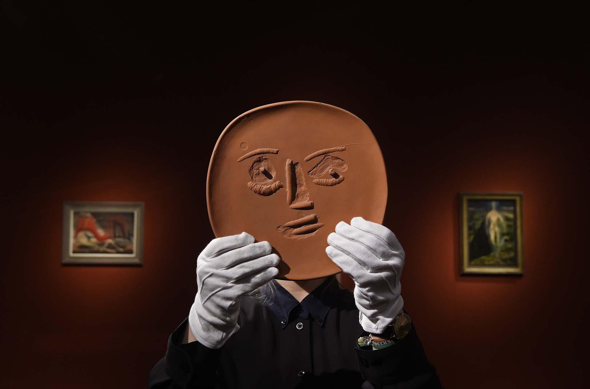 Este plato de cerámica de Picasso titulado Visage aux grands yeux forma parte del lote de más de 150 piezas de arte de la antigua casa familiar de Londres del músico británico Sting y su esposa, la actriz británica Trudie Styler