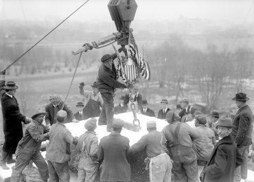 Los trabajadores colocan la piedra angular del edificio en 1914