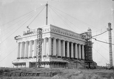 Ya con las 36 columnas en su lugar, se realizan los trabajos sobre el friso, donde están inscritos los nombres de los 36 estados de la Unión en el momento de la muerte de Lincoln