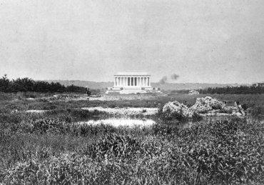 La zona pantanosa se convertirá en la piscina de 2,000 pies de largo que actualmente refleja al Memorial. Foto de 1917