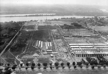 El Memorial en construcción, con el Potomac en el fondo, y varios edificios de la marina de guerra primer plano, sobre la Avenida de la Constitución, alrededor de 1919.