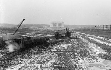 Trabajos de excavación para la contrucción de la pileta reflectante, entre 1915 y 1923.