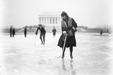 Patinaje sobre hielo en el espejo de agua congelada en el Lincoln Memorial en enero de 1922