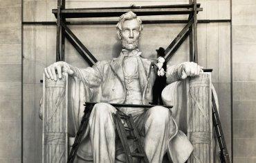 Toques finales a la enorme estatua de Abraham Lincoln, que se encuentra justo en la entrada del monumento, 1922