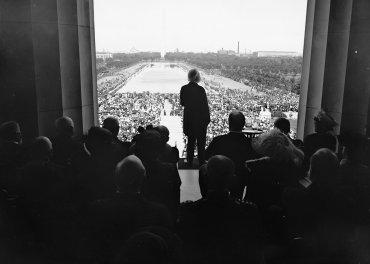 El poeta Edwin Markham lee su poema Lincoln, el hombre del pueblo en la inauguración oficial del Memorial el 30 de mayo de 1922