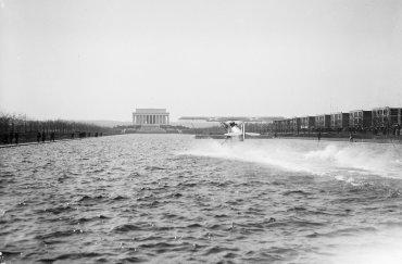 Un avión anfibio despega desde el espejo de agua en frente del monumento a Lincoln en 1923