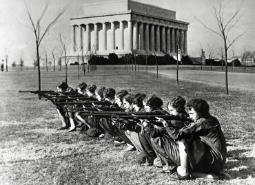 Las chicas de la George Washington University participaron del torneo intercolegial de la Asociación Nacional del Rifle, 1930