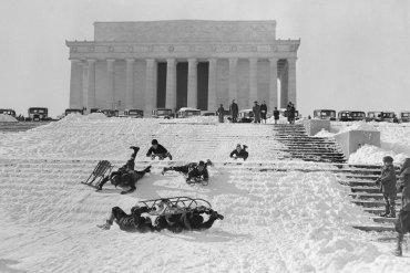 Niños jugando con sus trineos en la nieve, 9 de febrero de 1935