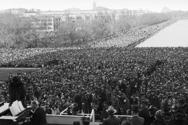 Una multitud acompañó a la contralto afroamericana Marian Anderson en un concierto gratuito, después de que a ella se le prohibió cantar en el Concert hall of the Daughters of the American Revolution, el 9 de abril,1939