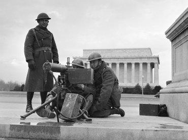 Soldados apostados en Washington DC luego del ataque japonés a Pearl Harbor, 8 de diciembre de 1941