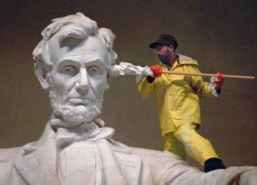 La estatua de Abraham Lincoln en el Lincoln Memorial obtiene su limpieza anual, en las horas previas al amanecer del 12 de abril de 1995