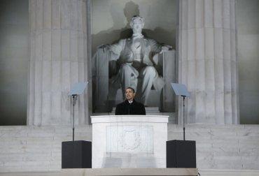 El presidente electo Barack Obama habla en el Lincoln Memorial en Washington, DC, el 18 de enero, 2009
