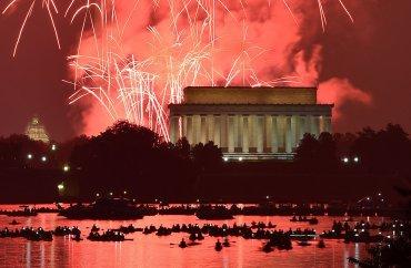 Los fuegos artificiales estallan en la celebración del Día de la Independencia en Washington, DC, el 4 de julio, el año 2015