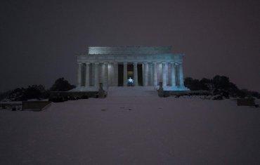 El Lincoln Memorial cubierto de nieve después de una tormenta el 23 de enero de 2016, en Washington, D.C.