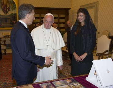 Mauricio Macri y Juliana Awada le entregaron diversos presentes al Papa